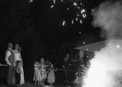 feuerwerk bei der hochzeitsfeier im garten